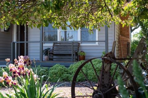 Cosy Garden Cottage
