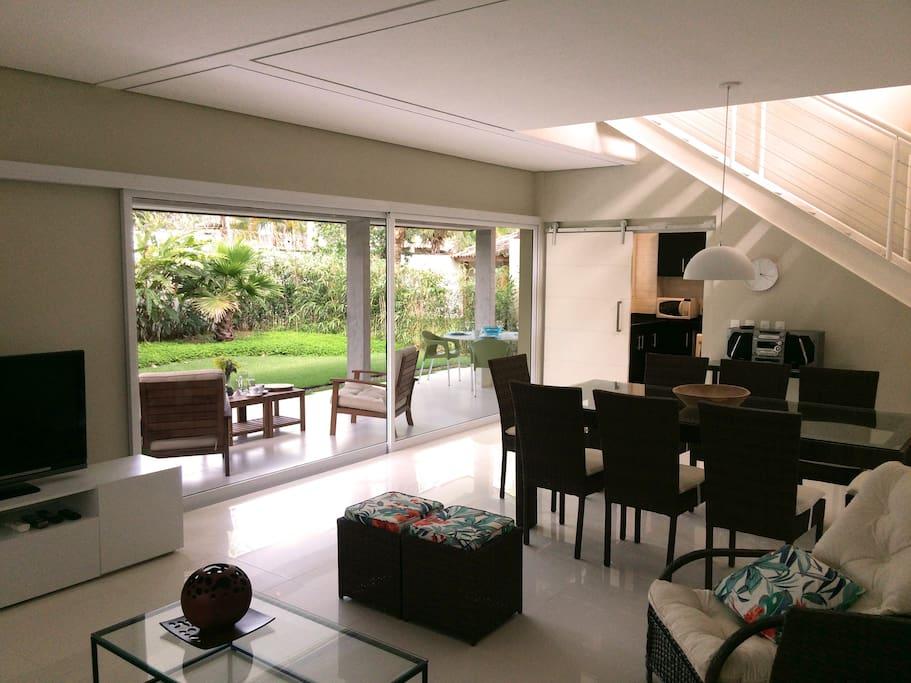 Vista da sala com terraço e jardim privativo
