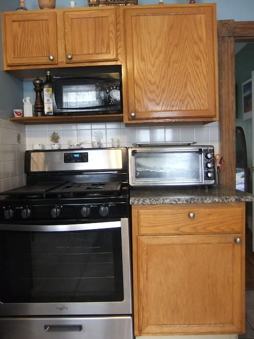 New gas stove and oven, with grilltop
