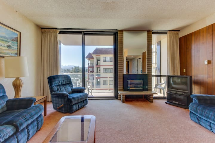 Dog-friendly condo w/ shared pool - right next to the beach