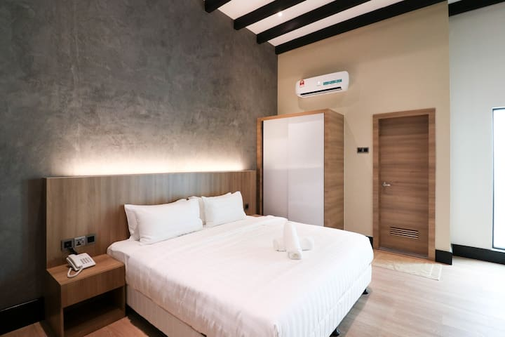 King Bed & Private Bathroom, 8 Mins to Jonker