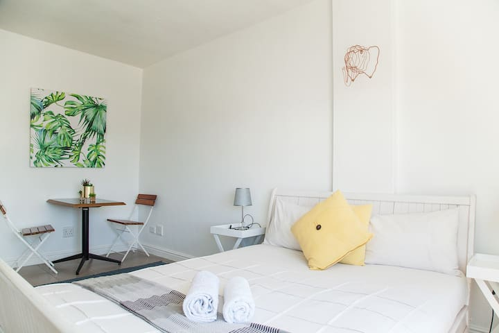 Entire Kloof Street Apartment - Mountain Views