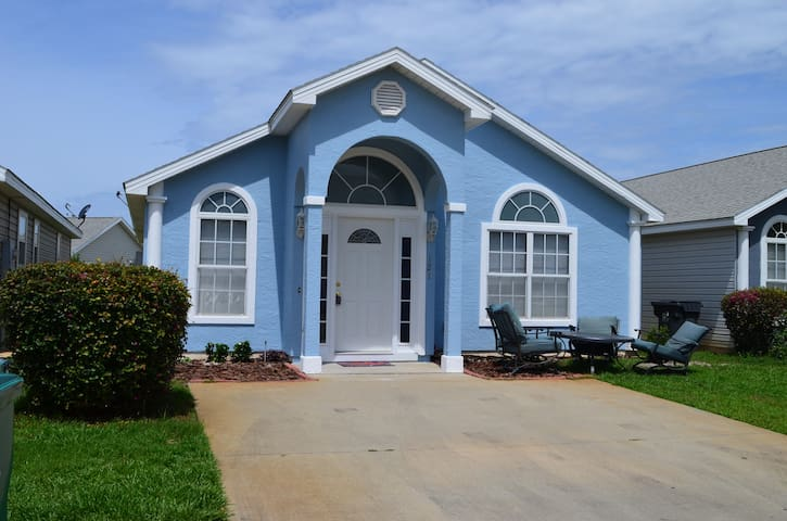 Single-Story PCB Home w/Pool Access 1 Mi. to Beach