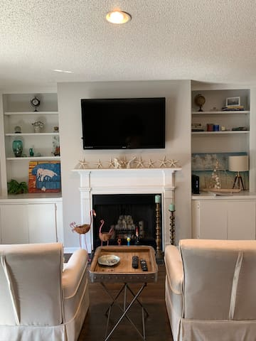 Island Square 2 bedroom 2 1/2  bath townhome walk to restaurants, shops and Redf