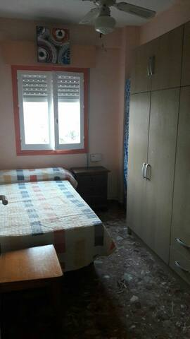 Room near the beach and the airport - Málaga - Appartement