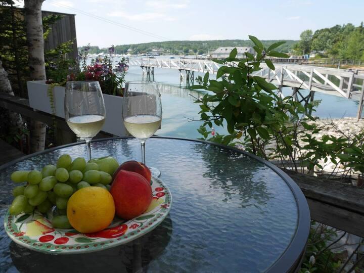Romantic Waterside Suite   Deck, Kitchen & Views!
