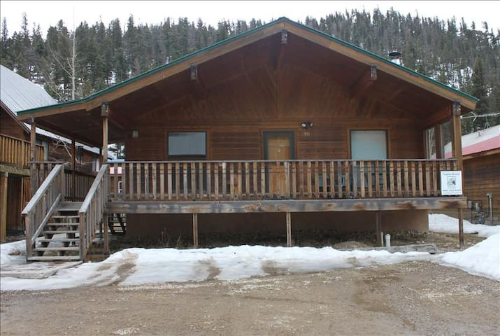 Hatties Place - Single-level Home in Tenderfoot, Large Covered Porch, Satellite TV, Washer/Dryer - Red River - Talo