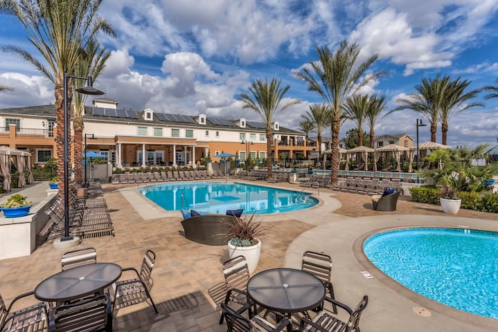 Luxury Living in Entire 2 bedroom Oasis - Chino - Apartamento