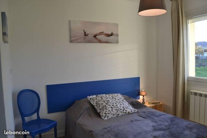 Chambre bleue, lit double