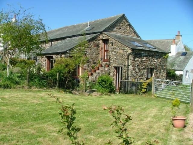 THE GRANARY, pet friendly, with a garden in Ireby , Ref 972276