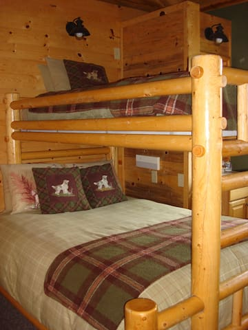 3 Bunk Room in Elk's Grove Cabin