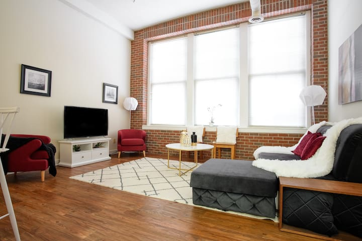 LOCATION: 2br 2ba Loft in Heart of Downtown Indy