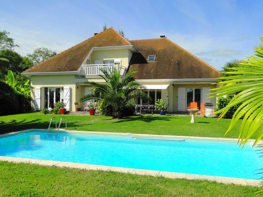 Villa les acacias avec piscine villas louer bellocq for Villa piscine france