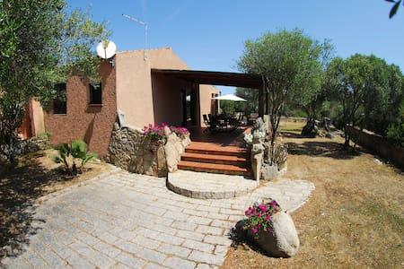 Casa Toni, 3 Zimmer Haus mit grossem Garten - Porto Pollo - Byhus