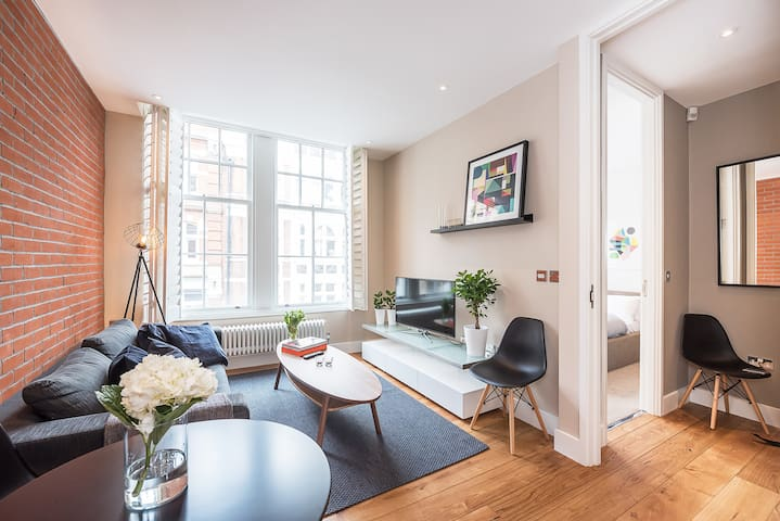A LUXURY 1-BED IN THE HEART OF COVENT GARDEN