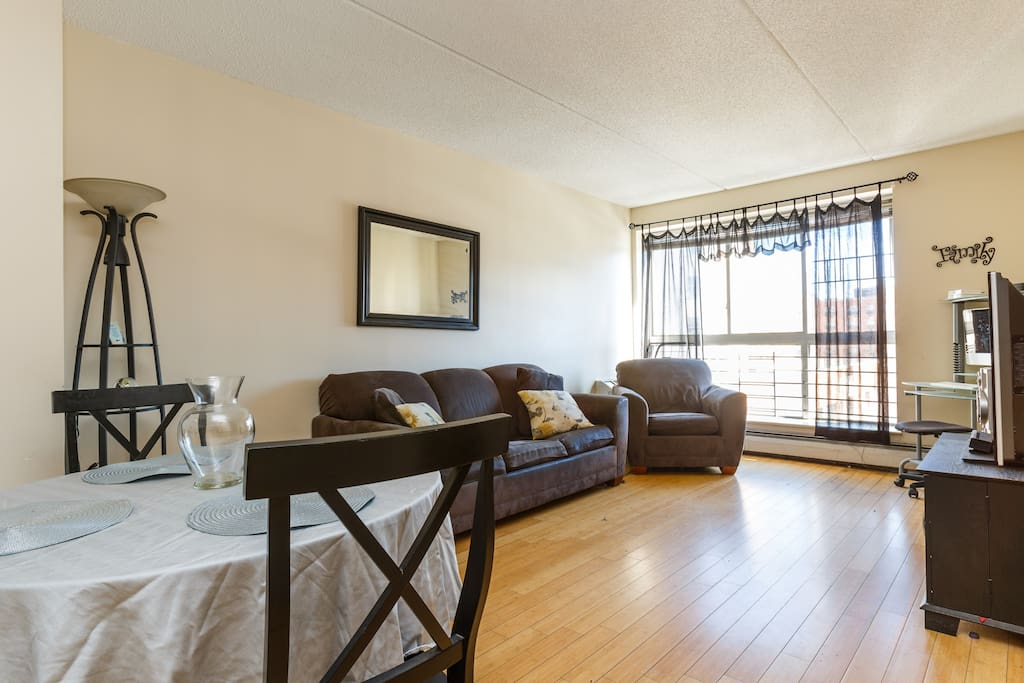 Bright, airy, comfortable Living room w/ 46inch Tv.