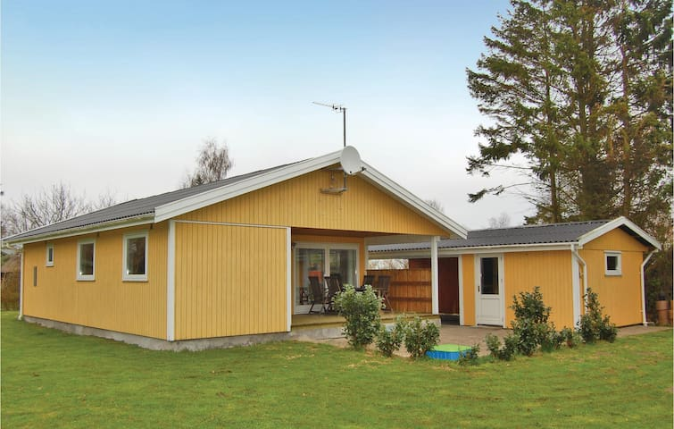 Holiday cottage with 3 bedrooms on 70 m² in Mern