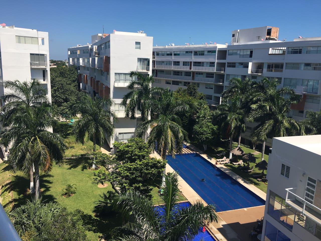 Vista de las albercas desde el balcón / View of the pools from the balcony