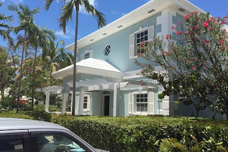 BEACHFRONT Villa Mare - George Town