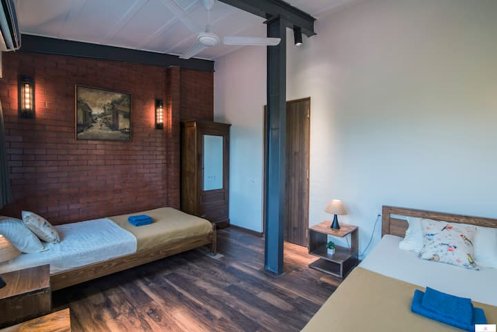 Ensuite Twin Room in a 4BR in Colaba!