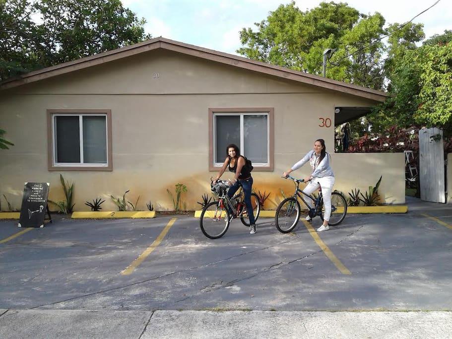 dos turistas con bicicletas rentadas de la casa ($10 por todo el dia)