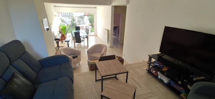 Chambre spacieuse dans maison avec jardin