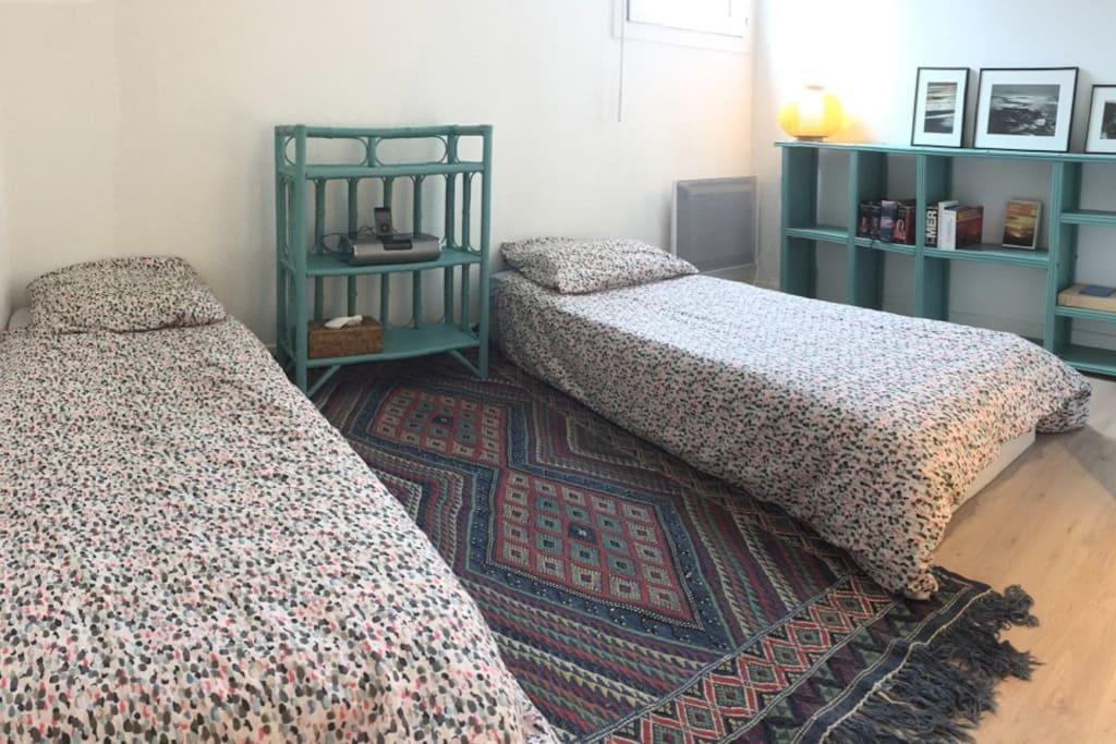 La chambre en mode: 2 petits lits