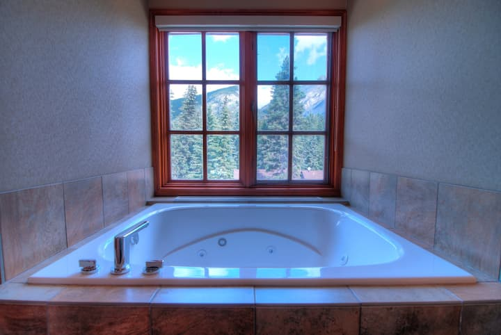 Loft with Private Jetted Tub! Access to Spa Facility