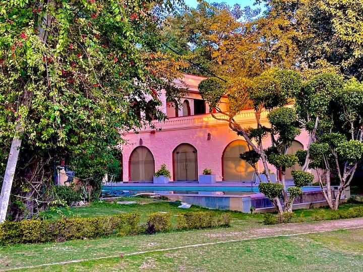 Luxury farm in Chattarpur w pool for celebrations