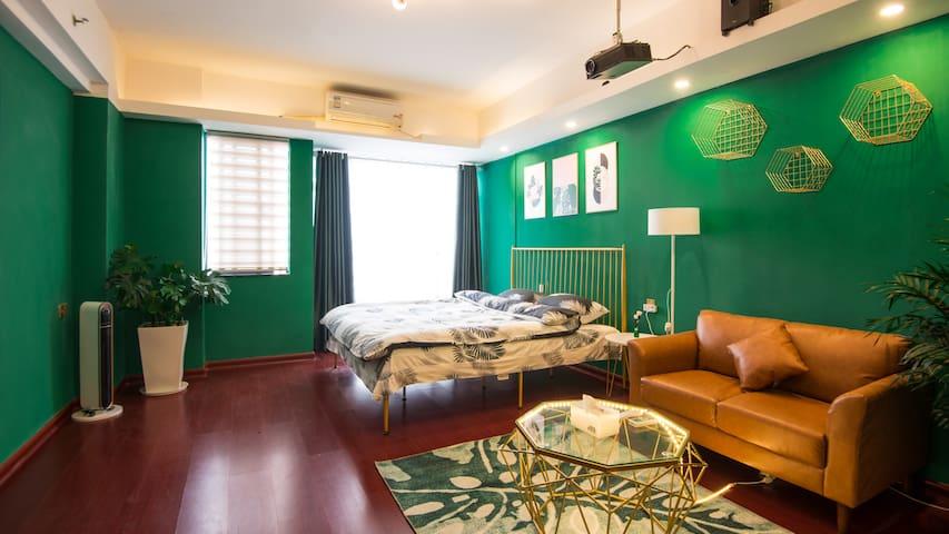 五星街中环大厦巨幕投影轻奢公寓,高品质天然乳胶大床房,住家舒适体验