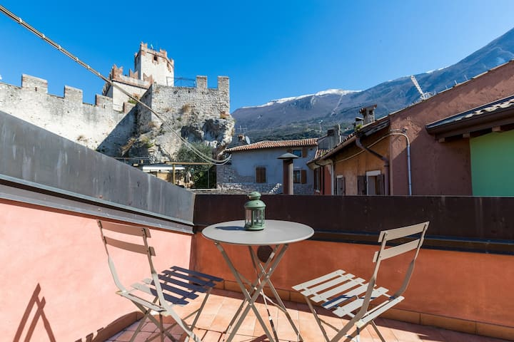 """This place is phenomenal. Right next to the castle gives it a 10/10 . A rooftop terrace for private drinks overlooking the lake too! Matteo was a Great Host and this was one of our best AirBnB to date"". Marcel - June 2019 *****"