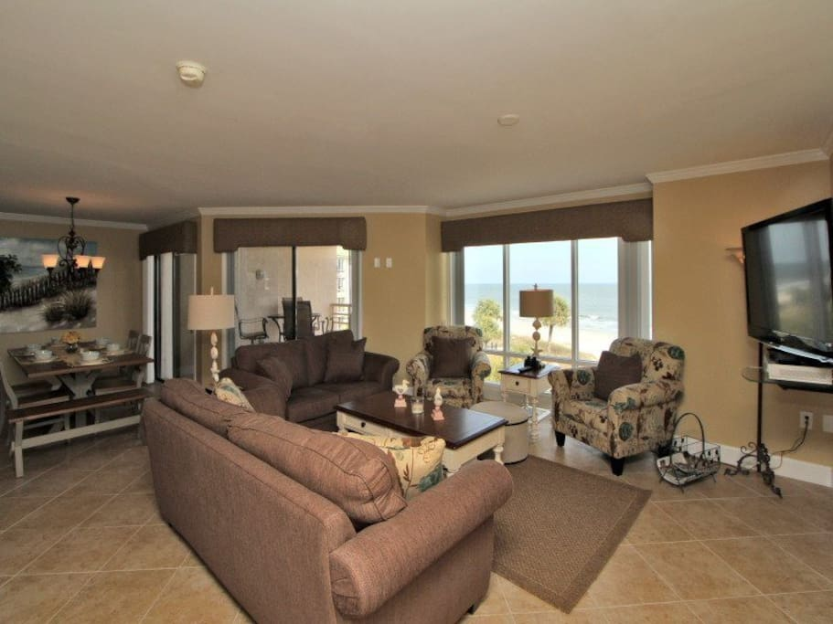 Spacious Living Area with Flat panel TV in 3433 Villamare