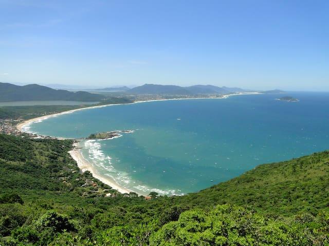 Pé na Praia 1, poucos passos da praia do campeche!