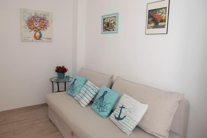 Casa Cobalto: il soggiorno-cucina con il divano letto
