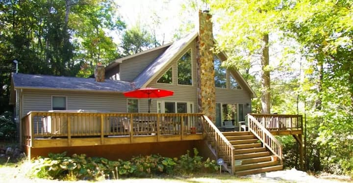 Fern Haven - Waterfront Chalet w/ WiFi & Hot tub!