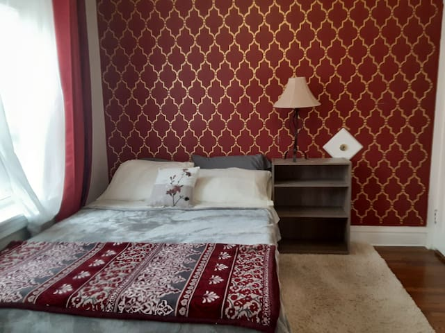 Red Room- Quiet Private- near WashU & Forest Park