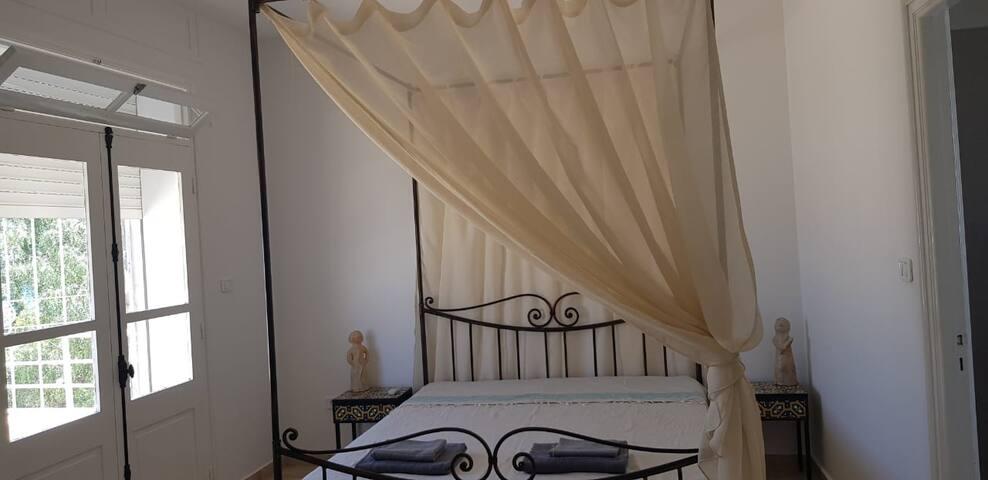 Chambre, donnant sur un balcon
