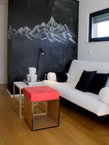 Wohnzimmer: Sofa kann zu 140x200cm Schlafcouch umfunktioniert werden (3. oder 4. Gast). Ich empfehle entweder 1 Erwachsenen oder 2 Kinder auf der Schlafcouch übernachten zu lassen.  // Sofa can be converted into 140x200cm sofa bed (1 ad or 2 child)