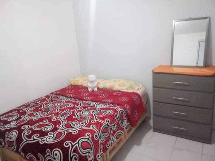Se renta habitacion para mujer en casa compartida.
