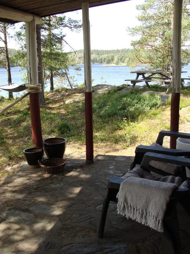 Liten stuga på halvö i Mellan Kornsjön, Dalsland