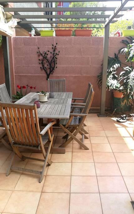 amplia terraza donde desayunar, leer, tomar el sol, disfrutar de un aperitivo...