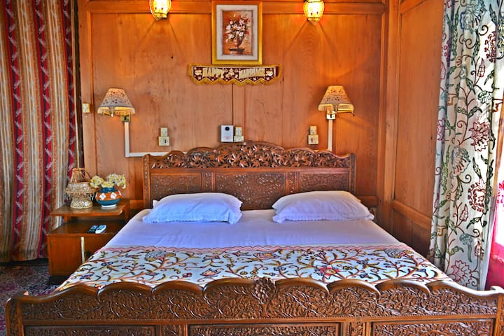 Golden Flower Heritage Houseboat - Srinagar - Bed & Breakfast