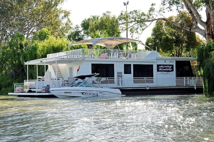 Moor your speedboat or dinghy next to the houseboat and enjoy water sports with ease