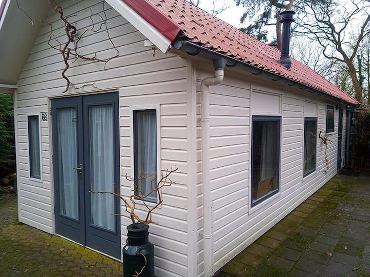 Huisje bij bos, heide en Drentsche Aa.