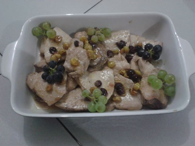 poisson avec une sauce au raisins