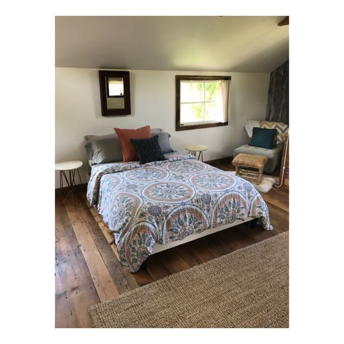 Comfy queen size tempurpedic mattress and reading area