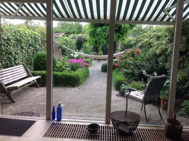 Vanuit de woonkamer naar de tuin