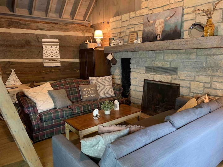 Cozy Quaker Hill Cabin w/ wood fireplace &hot tub