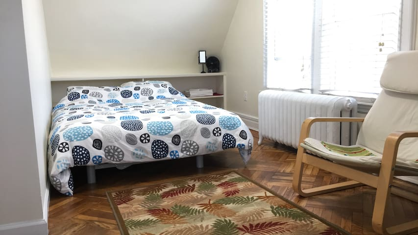 Private, sunny and cozy bedroom in Ditmas Park