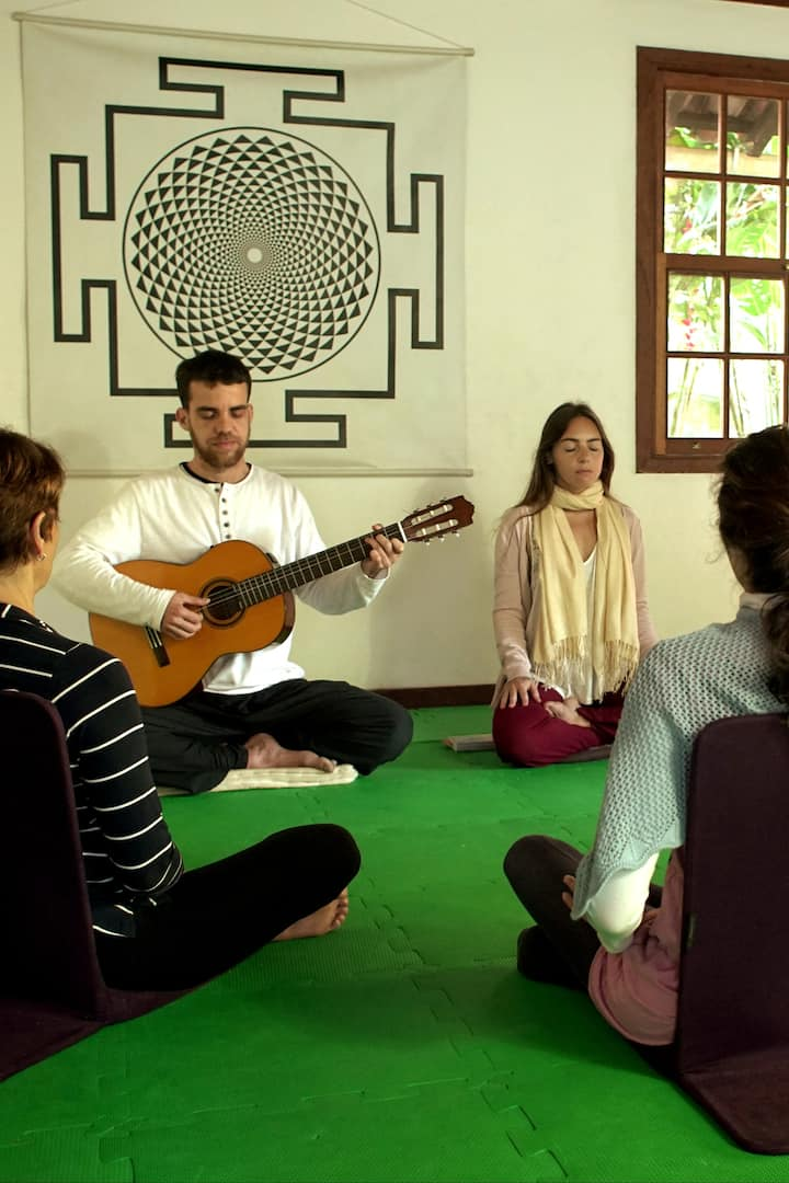 Meditação e Kirtan